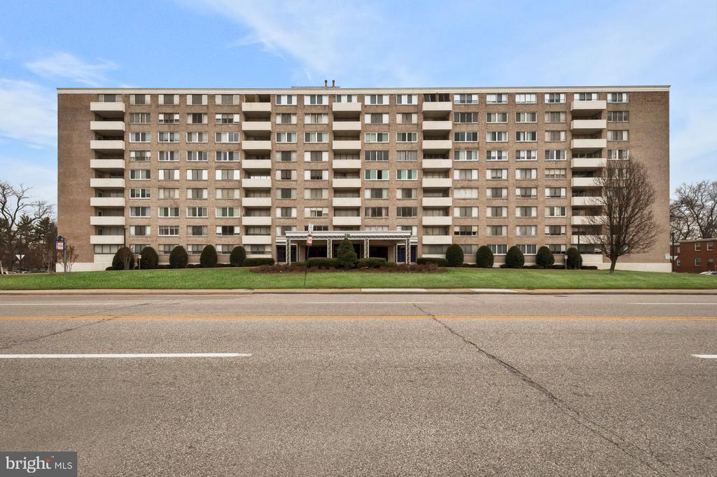 MOVE RIGHT INTO THIS BEAUTIFUL 1 BEDROOM, 1.5 BATH UNIT IN A GREAT FULL SERVICE BUILDING. SPACIOUS LIVING ROOM / DINING ROOM. MODERN KITCHEN WITH GRANITE COUNTERS, STAINLESS APPLIANCES & ISLAND. MASTER BEDROOM WITH FULL BATH.