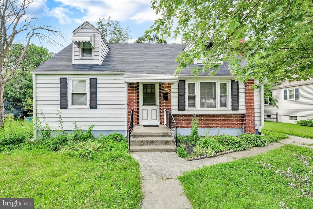 Lovely single family home in the Westfield neighborhood now available for sale. Plenty of space inside and in the backyard. Listed just in time to enjoy summer BBQs with family and friends.