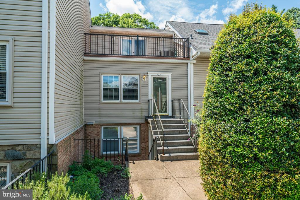 Beautifully updated home just minutes from Clarendon and Amazon HQ2. Don't miss out on this great home!