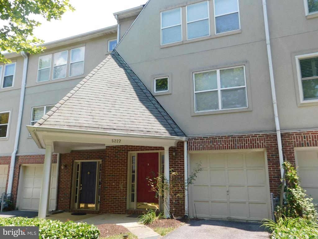 Great rental in the Villages of Homeland. Gated Community with pool and clubhouse. 3 bed 2.5 baths, eat in kitchen, Sunken Living Room.  Fireplace, 1 car garage. Vaulted ceilings, skylights. Located in beautiful Homeland neighborhood.