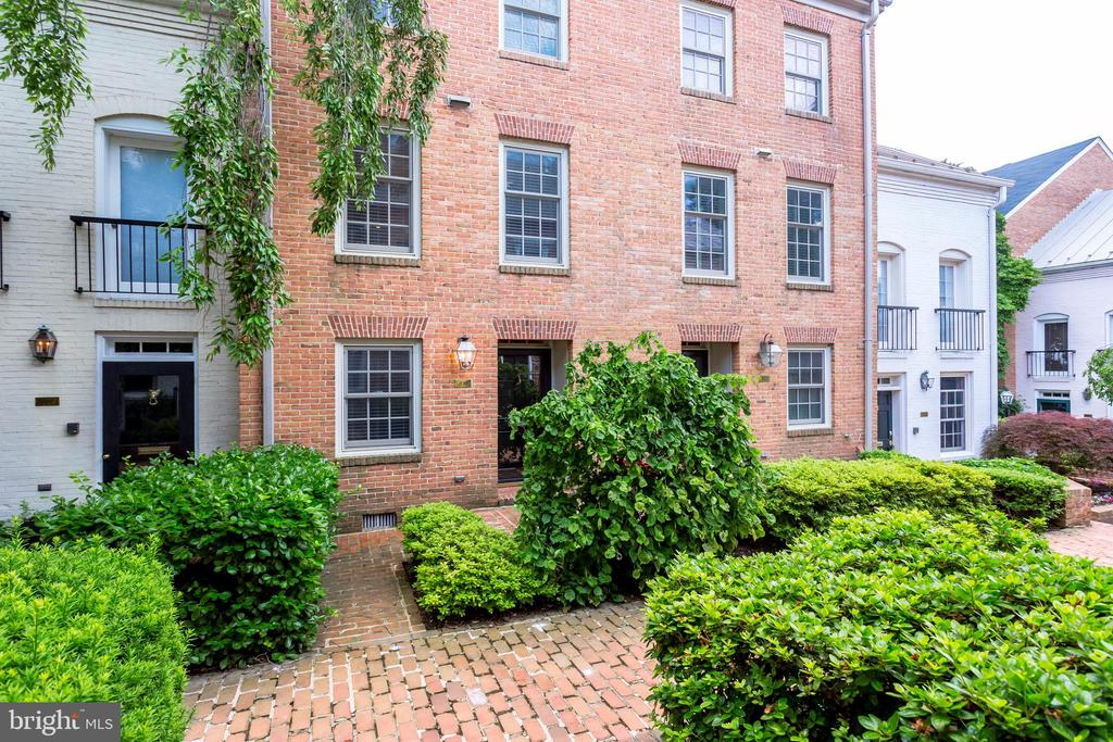 Amazing 3BR/3.5BA 2380 sqft Brick Townhome in Old Town Alexandria! Kit w/ granite, SS applncs, glass tile bcksplsh, oak cabs; opens Fam rm w/ wb FP! Nice BA Renov's w/ quality fixtures! Gorgeous hardwds throughout! Loft office/guest ste w/ skylights! Main lvl great rm w/ FP, walkout to priv patio! Easy prkng steps from door + 1 assigned.1 stoplight to DC! Blocks to River, bikepath & Metro!