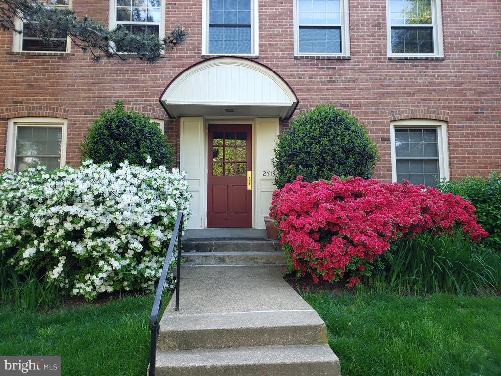 SUNNY & BRIGHT ONE BEDROOM ONE BATH UNIT MINUTES FROM DC! * FRESHLY PAINTED, PROFESSIONALLY CLEANED AND CARPETS TO BE CLEANED 7/9/19 * FIREPLACE & CEILING FAN IN LIVING ROOM * SEPARATE DINING AREA * UPDATED KITCHEN * WASHER & DRYER IN UNIT * TERRIFIC LANDLORD * WELL MAINTAINED GROUNDS * PLENTY OF PARKING * MOVE-IN READY * CALL TODAY! * OWNER USES OWN LEASE * SEE DOCUMENT SECTION FOR APPLICATION INSTRUCTIONS, BROCHURE, ETC.