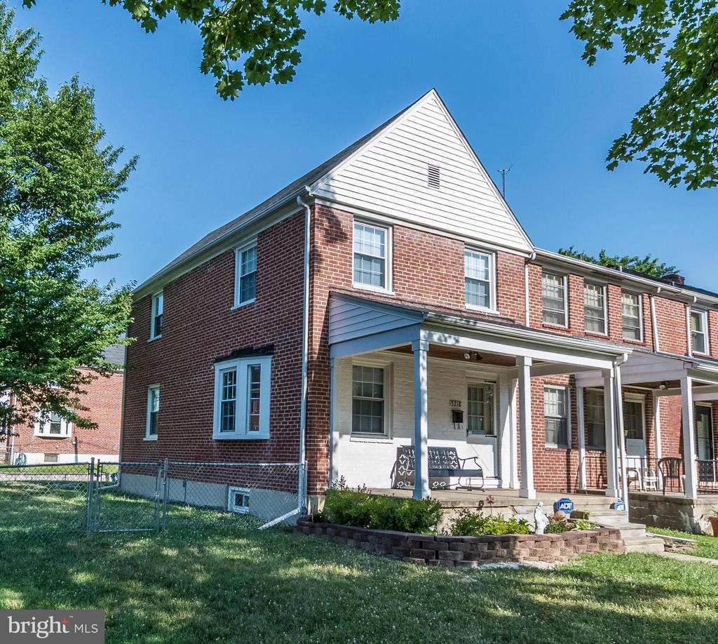 Fantastic end of group town home, with several updates. Very private and quiet area. Very well maintained. Great opportunity for first time home buyer.