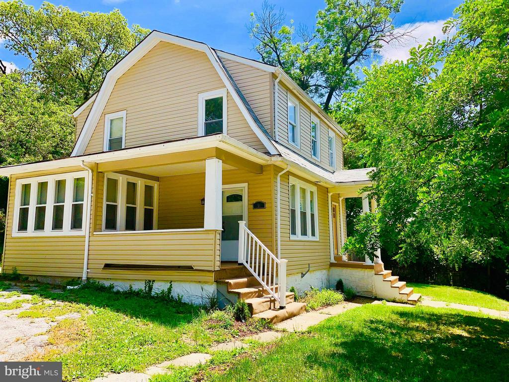 Perfect detached home on huge corner lot. Hardwood floors throughout. Spacious and open floor plan with separate living room and dining room. Home Office space located on the main level. Plenty of natural light with amazing light fixtures and bathroom vanities.  A must see!!!