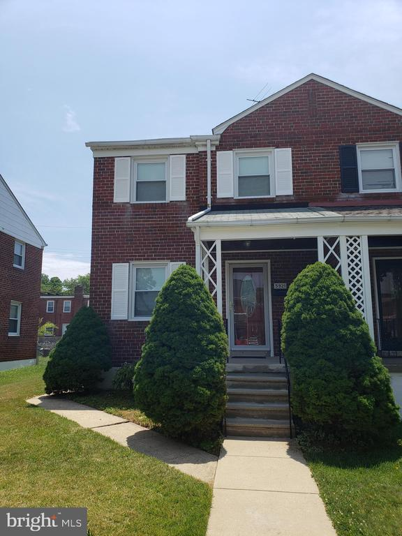 Beautiful, mint condition, semi-detached row house with 3BR's and 1 Full Bath and sparkling hardwood floors in the Waltherson neighborhood.  Section 8 Vouchers are not accepted at this time becuase the property has not been certified for their use. The home is move-in and ready to go!
