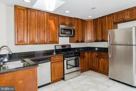 Spacious Pigtown rental conveniently located close to all stadiums and downtown. NOTE: this is a LARGE 2 level apartment in a building. 3 beds 2 full bathrooms, all rooms are very spacious and equal in size. $40 app fee per person $60 processing fee.