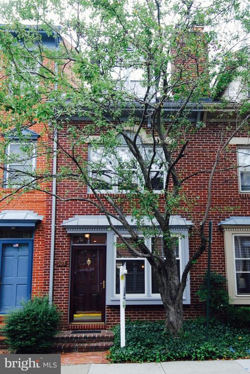 CHARMING 4-LEVEL TOWNHOUSE IN HEART   OF OLD TOWN, JUST 2 BLOCKS FROM BRADDOCK METRO & CLOSE TO SHOPS, EATERIES. HW floors on MN & U1 levels, wood burning fireplace, total 3 bedrooms, 3 baths. Newer carpeting in MBR on level U2. Kitchen opens to inviting fenced rear patio/garden. One res pkg. spot #120 Just behind unit. Two wall-mounted TV's convey