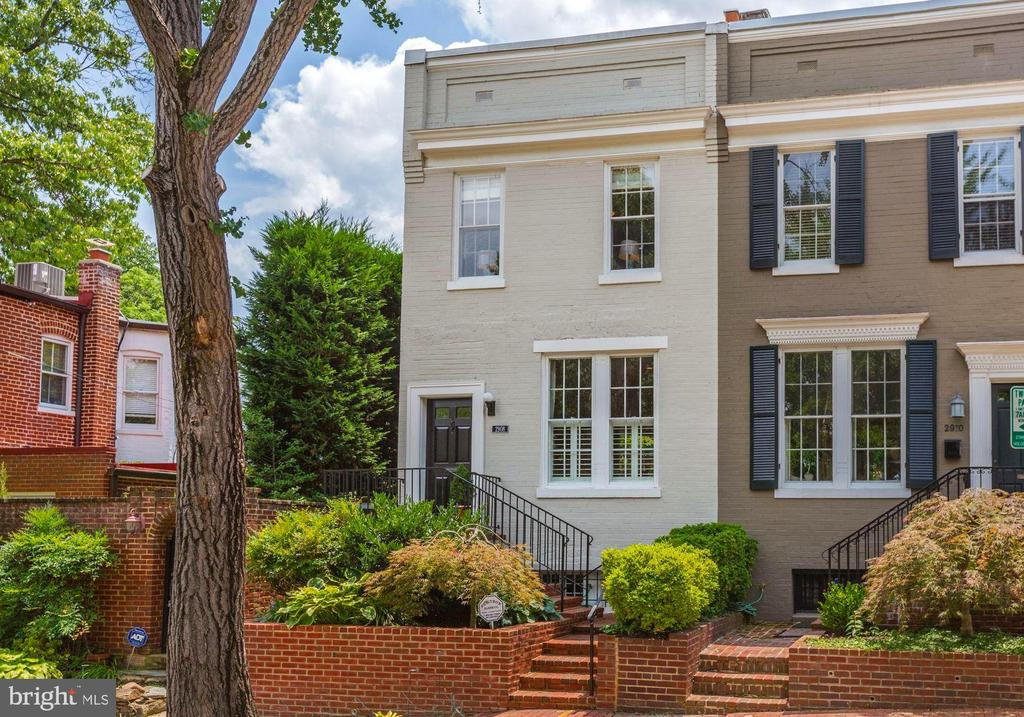 Situated in Georgetown's desirable East Village, this 3-BR Federal home has been beautifully renovated. Large windows provide ample natural lighting throughout. Gorgeous wide plank heart pine floor on the first floor, wood-burning fireplace, chef's kitchen featuring a 6-burner gas stove, stainless steel appliances, and access to a private flagstone patio.