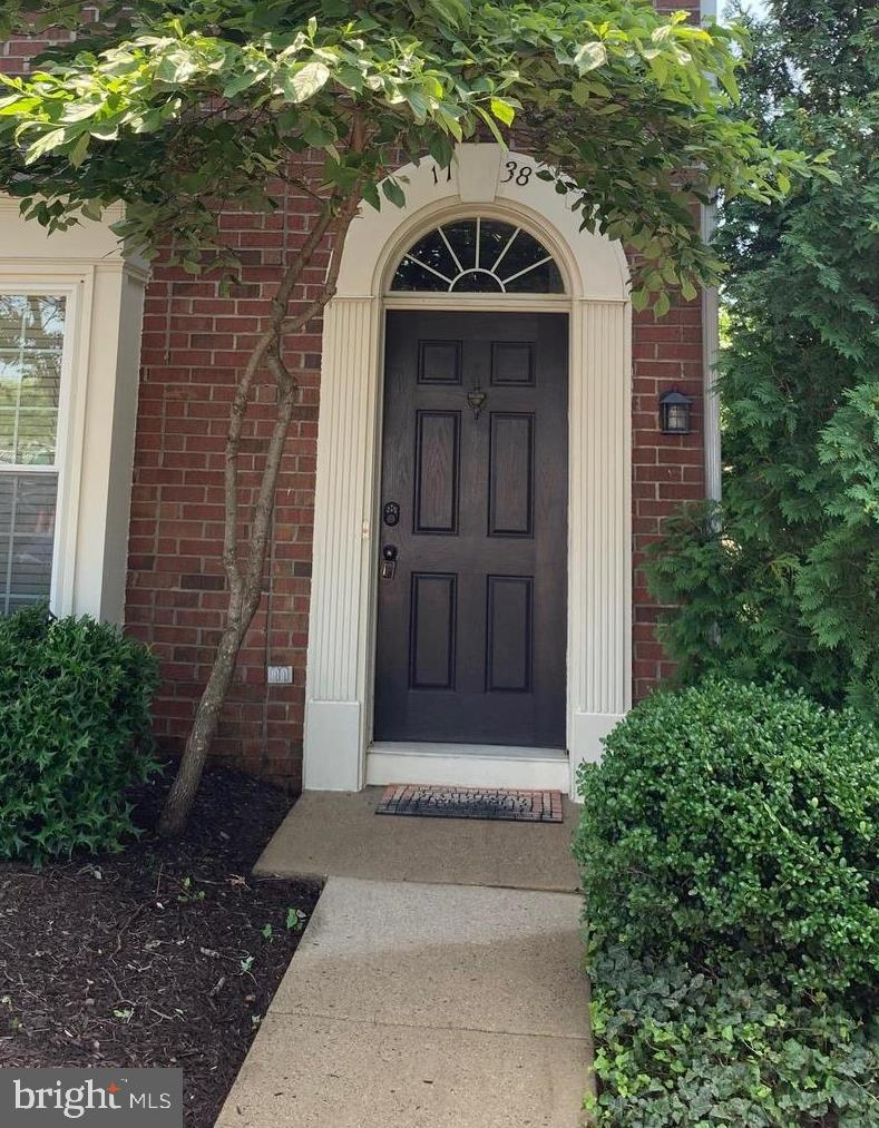 Great townhouse, end unit, walk to stores, restaurants, and pharmacy.  Minutes to 395 North or South.  Regan National 10 minutes away, Pentagon City Mall, andspecialty stores.