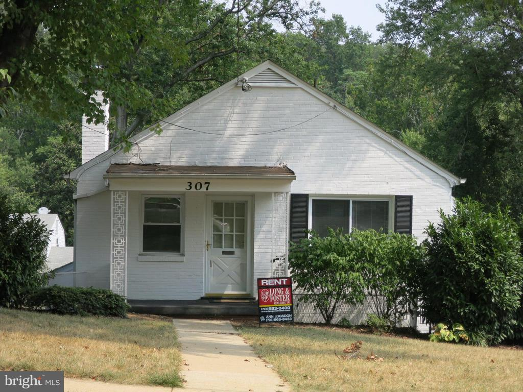 GREAT SINGLE FAMILY HOUSE IN MACARTHUR SCHOOL DISTRICT! LIVING ROOM WITH WOODSTOVE INSERT AND BUILT-IN BOOKCASES, DINING ROOM HAS BUILT-IN CORNER CHINACABINET AND PASS THRU TO KITCHEN. BRIGHT SUNROOM SERVES AS THE PERFECT FAMILYROOM. GREAT CLOSET SPACE AND PULL DOWN STAIRS TO ATTIC. LARGE PRIVATE FENCEDYARD & TWO CAR GARAGE WITH ADDITIONAL ATTIC STORAGE SPACE!