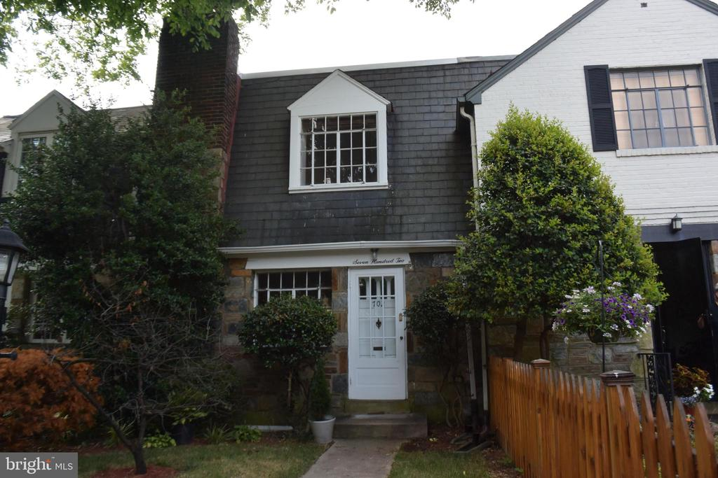 Charming townhouse in a great established older neighborhood, close to Metro, bus, George Washington Parkway, airport and DC.  Granite counter tops in the kitchen. Vintage upper bath. Full bath in the lower level. Nice laundry and storage room. Pets, case by case, with an extra deposit. Nice rear yard.. Yard work and cleaning will be done prior to the new tenant. House has just been painted a neutral color.