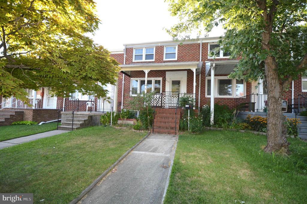 3 Bedroom, 1.5 Baths Townhouse  in a great area. Main level with Living room, dining room, kitchen. Upper level with 3 Bedroom and 1 Full bath.  Partially finished basement with 1 half bath.  Nice backyard with parking pad. Close to schools, shopping, and major highways and public transportation.