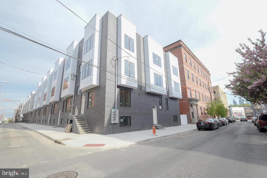 Brand new building with open concept, 3 bedroom with basement storage, 9' ceilings, premium hard wood floor,  granite counter top, stainless steel appliances,with back yard patio. Close to transportation. Only few minutes to SEPTA's Broad St line or Girard St Trolley.
