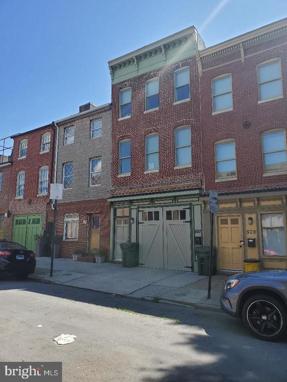 This beautiful, spacious townhome is conveniently located in the Fells Point area. This home features 3 bedrooms, 2.5 bathrooms, hardwood floors, a large gourmet kitchen and separate dining room. Schedule a showing to see this rental we are sure you will love it! Also, includes parking garage!
