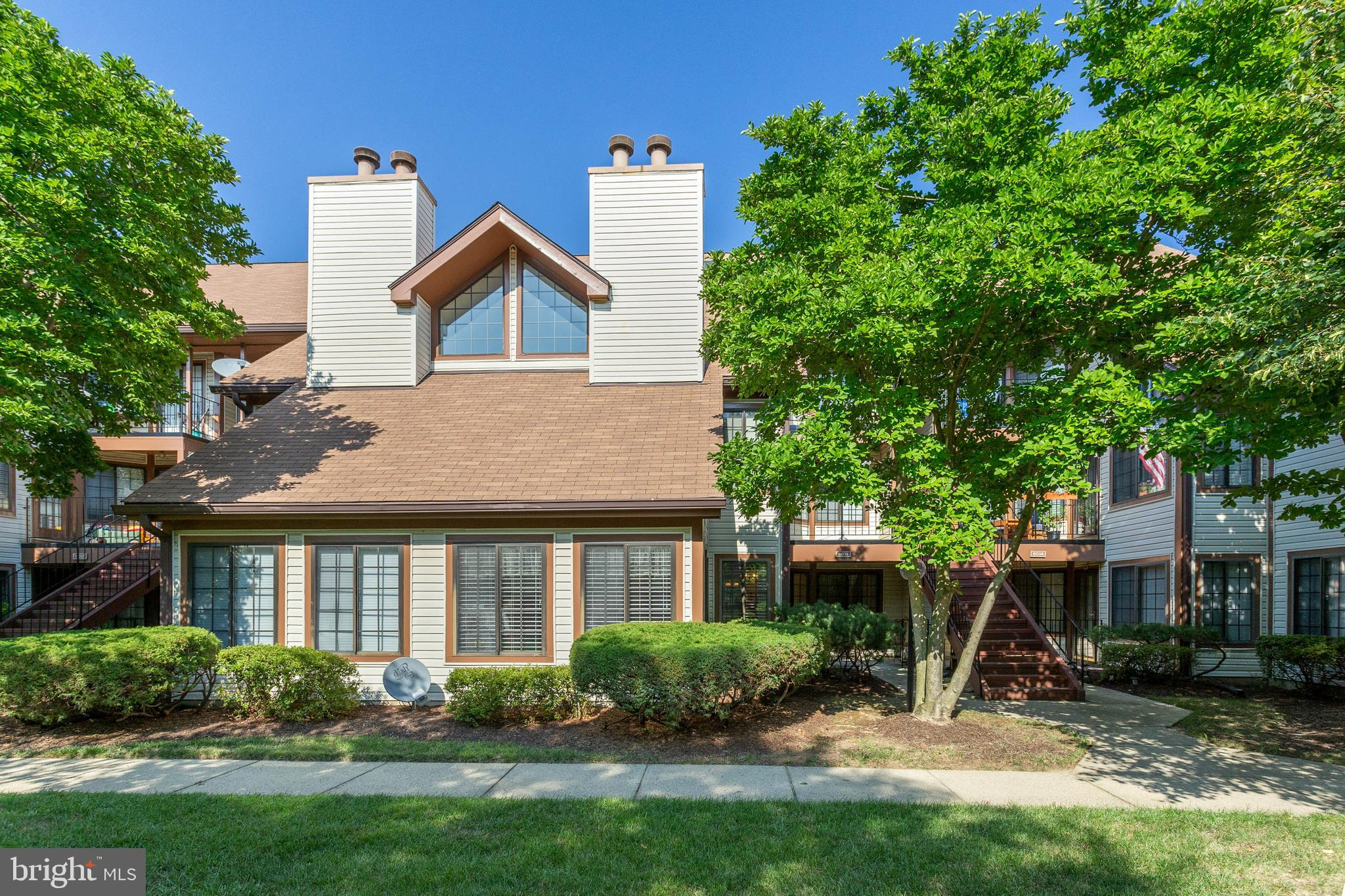Absolute Gem**Bright Ground level open floor plan**Mins to  I-395/495, Metro, and Shoping**Cozy Fireplace in open living room**Large bedrooms with spacious closets**washer & dryer in-unit.  community offers outdoor Pool and gym and tennis courts**parking space number R150