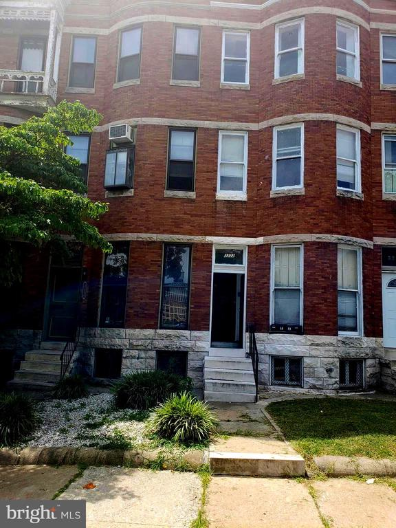 GREAT LOCATION, MINUTES AWAY FROM DOWNTOWN, 2 LARGE BEDROOMS WITH BAY WINDOW BUMP OUT, WALK OUT TO BACK.  NICE SIZE KITCHEN.  UPPER LEVEL 2 - 1 BEDROOM FOR $1050/MO