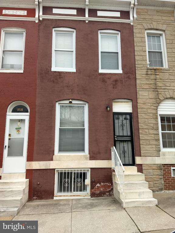 Well maintained 3 bedroom townhome located in Johns Hopkins expansion area. This home has recent updates such as: new flooring, kitchen cabinets-counter top-sink, gas furnace with smart themostat, roof & chimney liner, skylight and more. Join other homeowners in this community.
