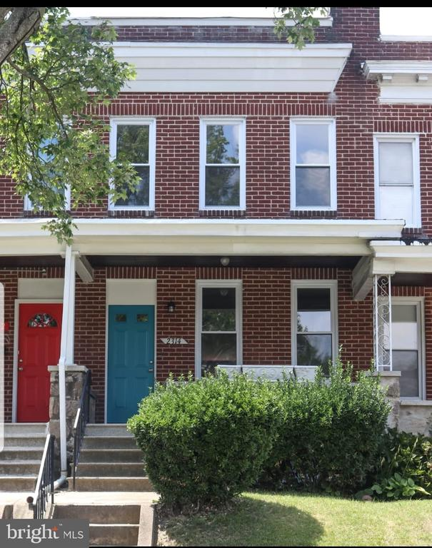 Renovated rowhouse on a great residential neigbourhood, come check out this beautiful house. Granite counterops, stainless steell appliances and many more...