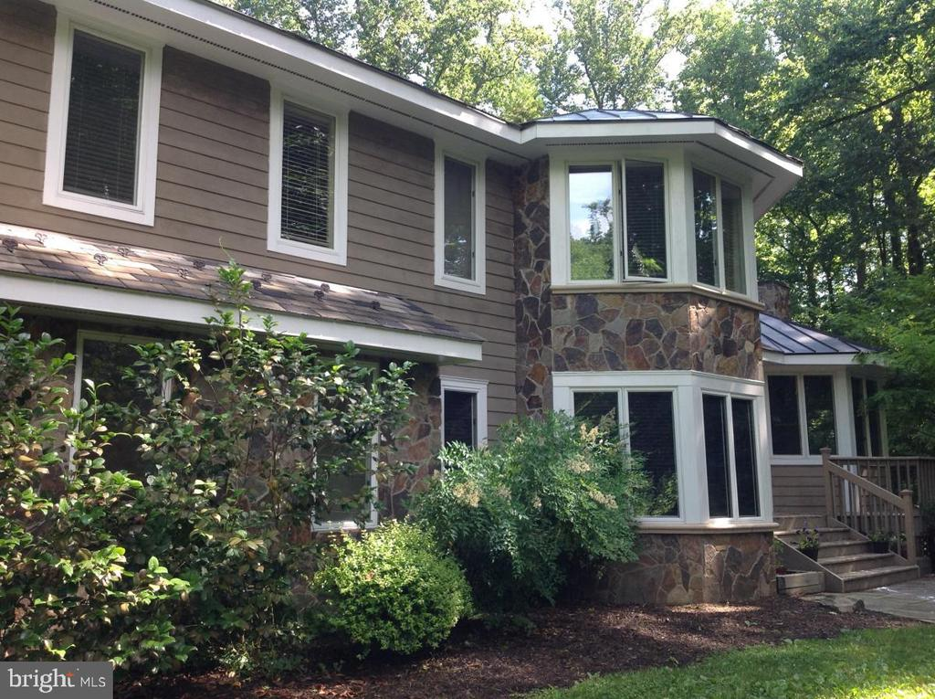 Beautifully updated 5BR cedar & stone contemporary home on four wooded acres in water privilegedHarbour Glen. Cathedral ceilings, hardwood floors, stainless steel appliances, amazing master suite, finishedbasement, hot tub, wraparound deck, two car garage, and more! Walking distance to the B&A trail.Convenient to Baltimore, DC, and Annapolis. Severna Park Schools!