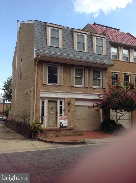 Looking for a short term rental?  Owner will accept 6 months or more.Fantastic opportunity to live 1 block from the   Potomac and 3 blocks from restaurants, shopping, and all that Old Town has to offer.Great Location - great neighbors!