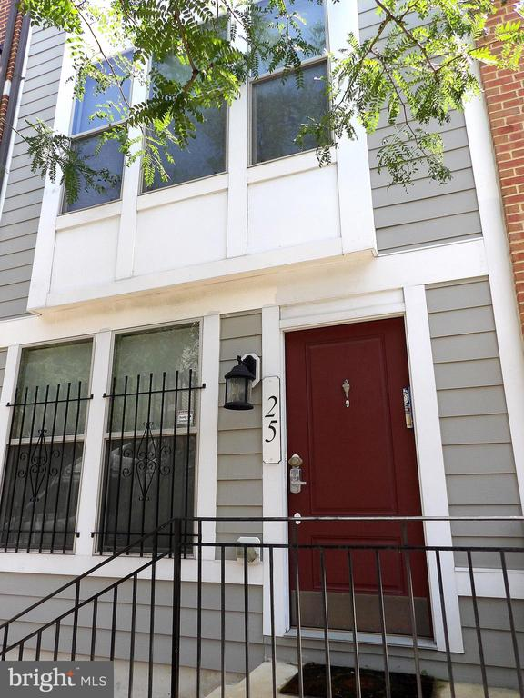 Recently constructed townhouse close to downtown.  Open kitchen bright breakfast nook.  Master suite soaking tub, double vanity, separate shower.  Family room, Livingroom/Diningroom.  Private garage + covered parking in rear.  Walk to Corned Beef Row, Little Italy, Harbor East, Johns Hopkins Hospital.  Close to 95.
