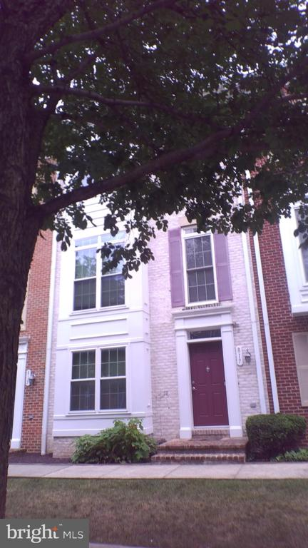 4 bedroom 3.5 bath townhouse Camden Crossing.  garage and deck.  3 private parking spots.  Walking distance UMAB, Medical Center, Camden Yards and Inner Harbor.  Easy access to 94.  Credit check required. No vouchers.