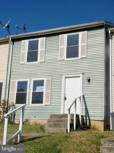 Beautiful 3 bedroom 1.5 bath townhouse in a prime location available for rent! Move in NOW!