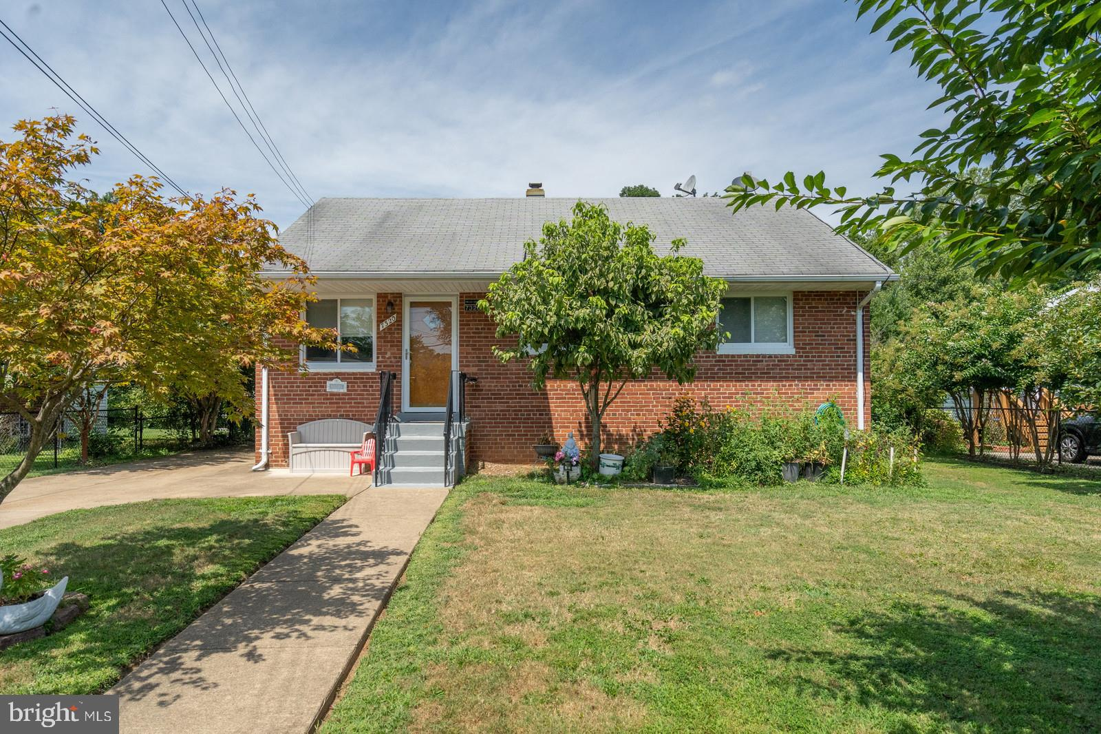 Great Location! This home offers 3 bedrooms, 2 full bathrooms, large family room in basemen and  two additional dens that can be used for office or exercise room. Just minutes from the Beltway. Close to restaurants and shopping.