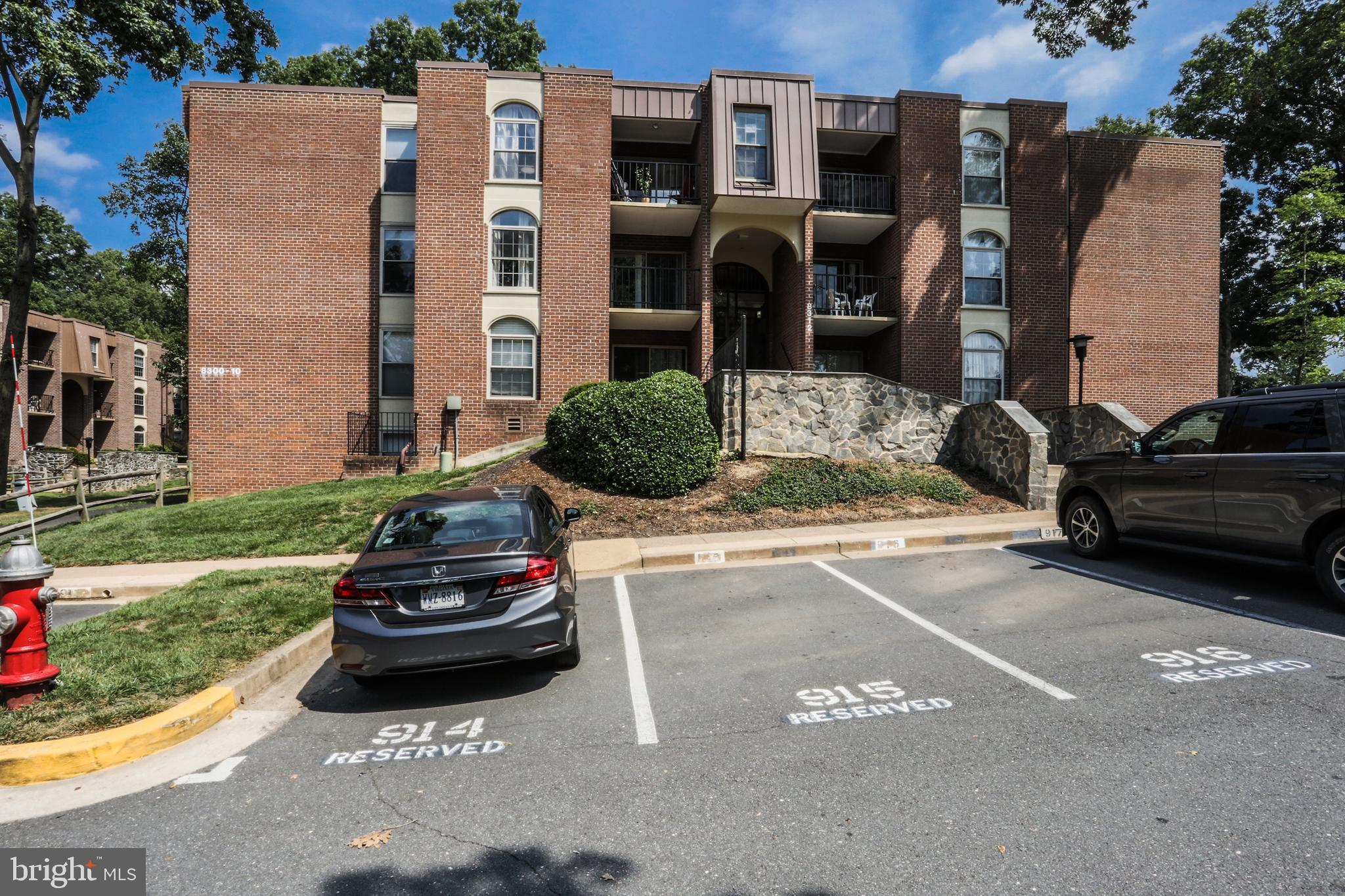 Renovated ! Pretty Laminate floor, Freshly painted. Lovely garden view. Close to 495,not too far from the metro. Condo fee includes all utility. Park at 917