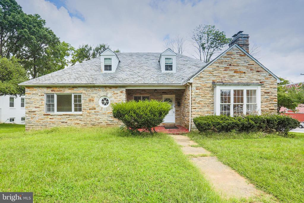 Centrally located, ready to move in over 5000 square feet, all stone construction on a corner lot. Brand new kitchen with granite counters new appliances. Newly stained hardwood floors with new carpeting in bedrooms. Large basement with a big den and family room.