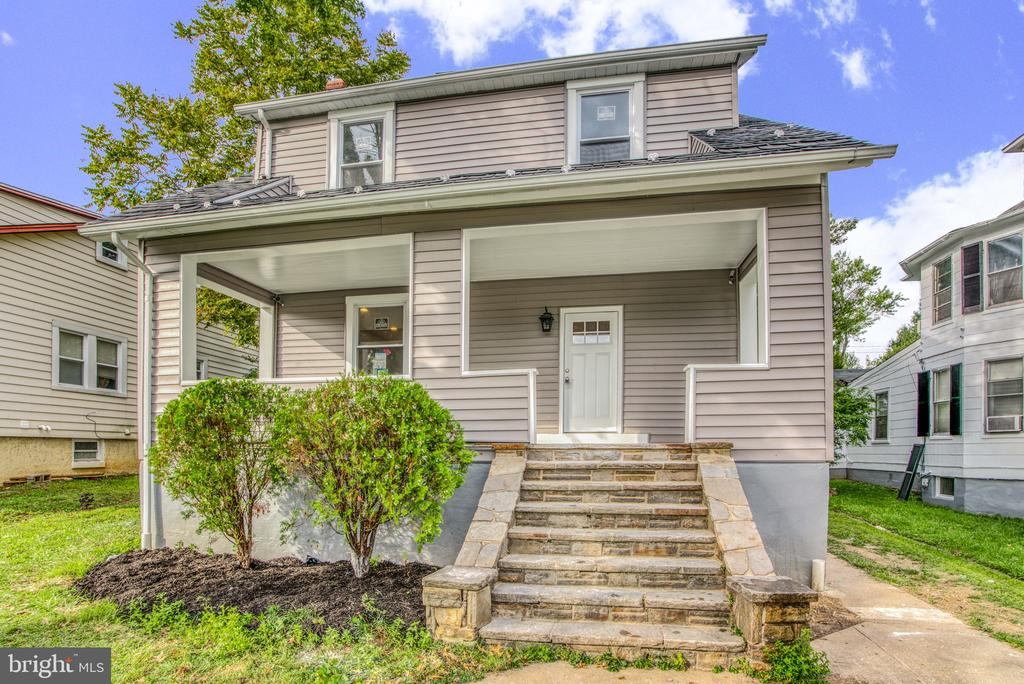 Just REMODELED! Must See! 4BR, 3FB, 1HB. Another Fine Renovation by J & R Construction. New kitchen cabinets, appliances, granite, bathrooms, windows, doors, HVAC system, Hot Water Heater, painting, carpet, and recessed lights. SCHEDULE ALL APPOINTMENTS ONLINE w/SHOWINGTIME.