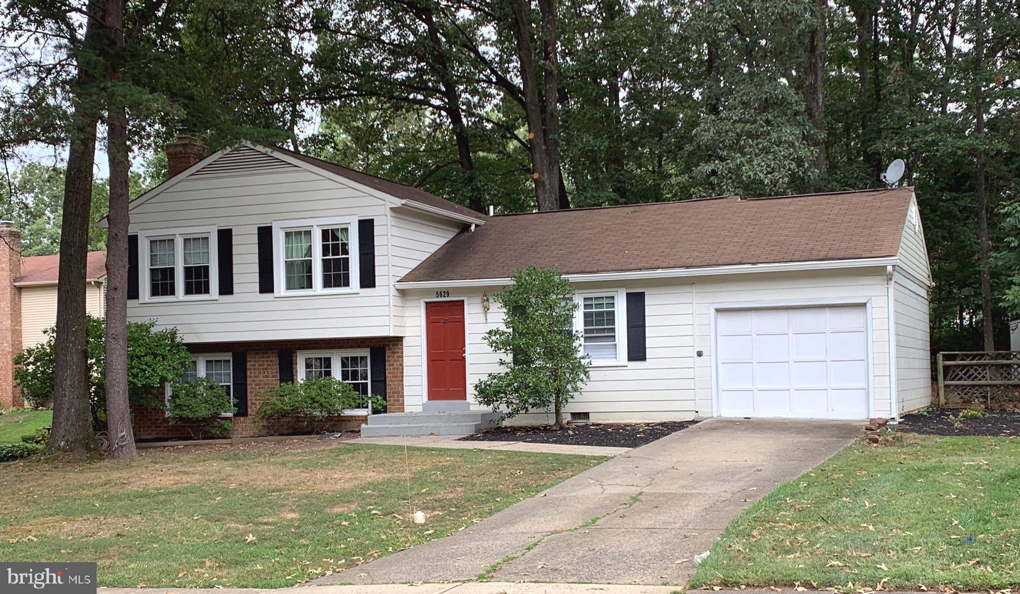 Great location in Signal Hill and wonder Split level home w/garage. This home has a Lower level rec room w/FP, bedroom, Deck off dining room, and a cul de sac. Close to schools, shopping center and VRE.