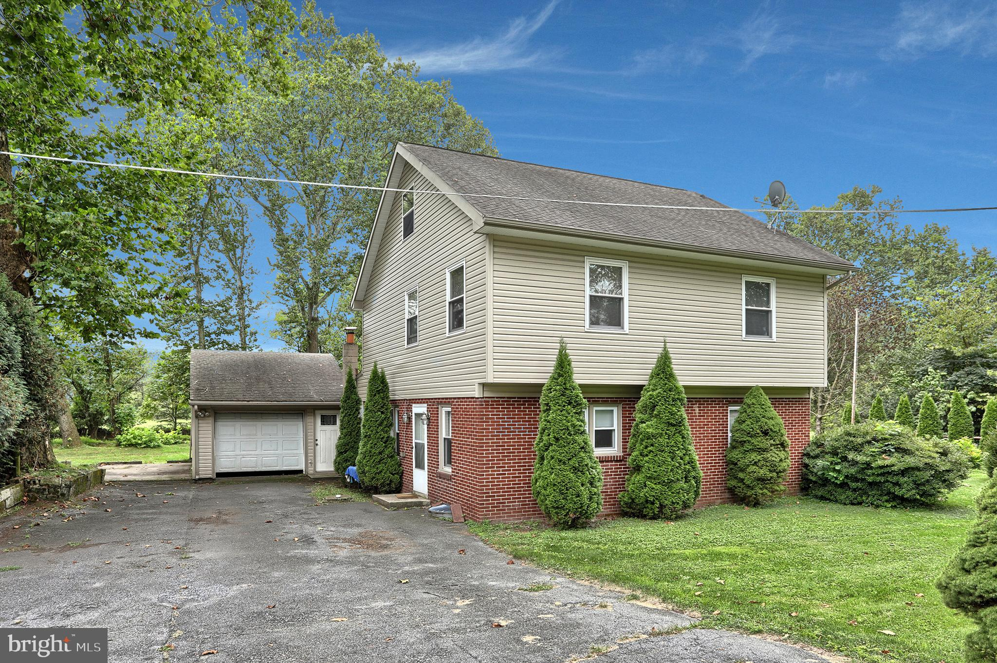 614 CANAL ROAD, WOMELSDORF, PA 19567