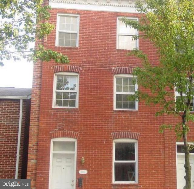 This row home can be converted to a three bedroom. It has ton of space and potential. Close to John Hopkins and 295.