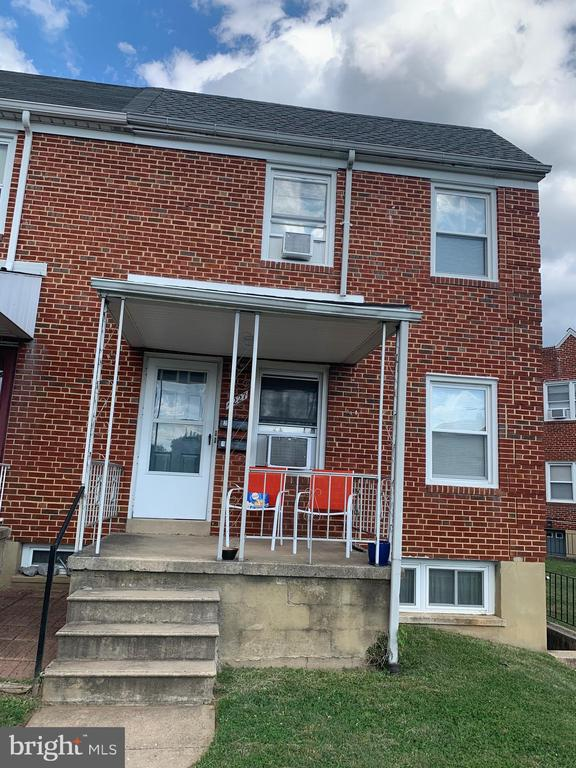 Nice second floor One bedroom Unit.  Nice area, close to John Hopkins main campus.  The property is completed renovated on 2017