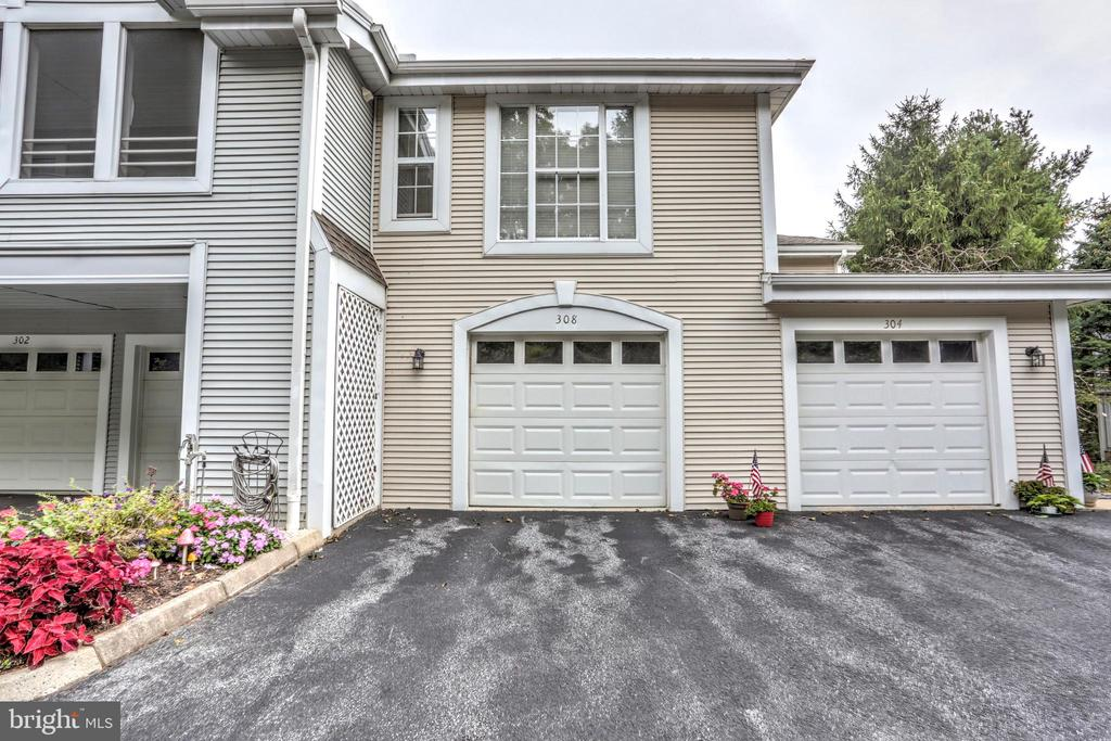 308 COUNTRY PLACE DR, Lancaster PA 17601