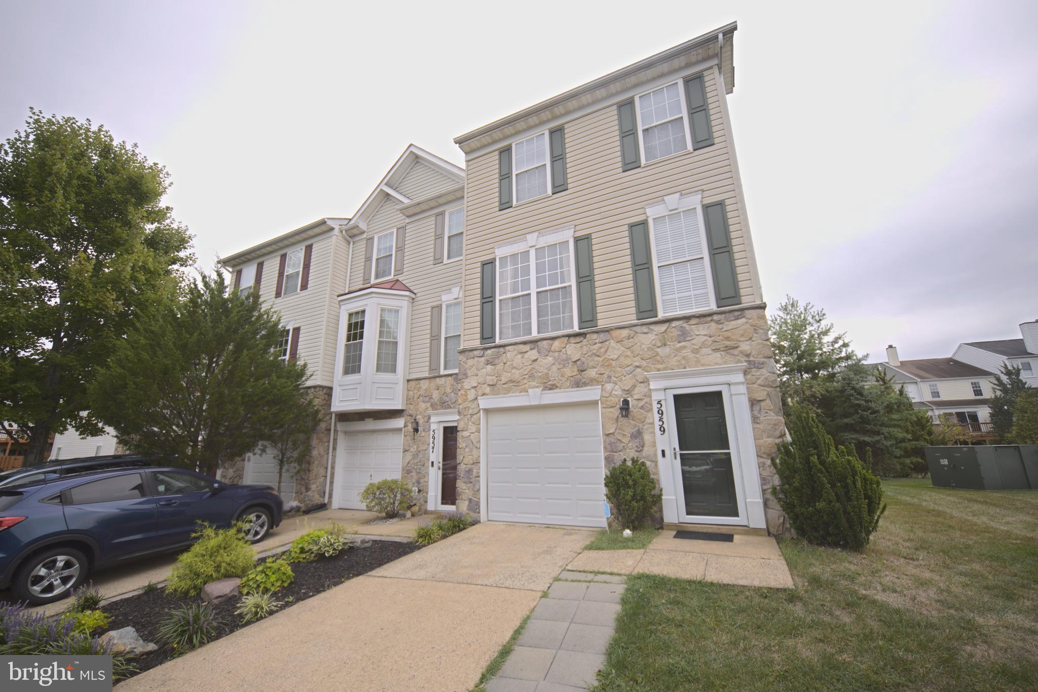 Beautiful well maintained End unit one car garage townhouse in the heart of Kingstowne. Fresh paint, recess lights, hardwood flooring and much more. Practically minutes from all the Kingstowne amenities, 2 metros, grocery, shopping, golf course, Springfield town center.