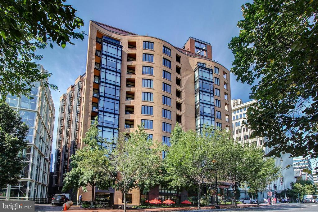Luxury living in Mt. Vrn Triangle! Modern condo features 1 BD/1 BA, HDWD floors, floor to ceiling windows, crown molding, garage in the building. Gourmet kitch boasts granite counters, custom backsplash, SS appls & wine cooler. Spacious master BR w/ luxury en-suite bath. W/D in unit. Amenities incl a secure bldg, 24-hr front desk, rooftop deck + grills, pool, lounge areas. Steps to dining & shops + metro