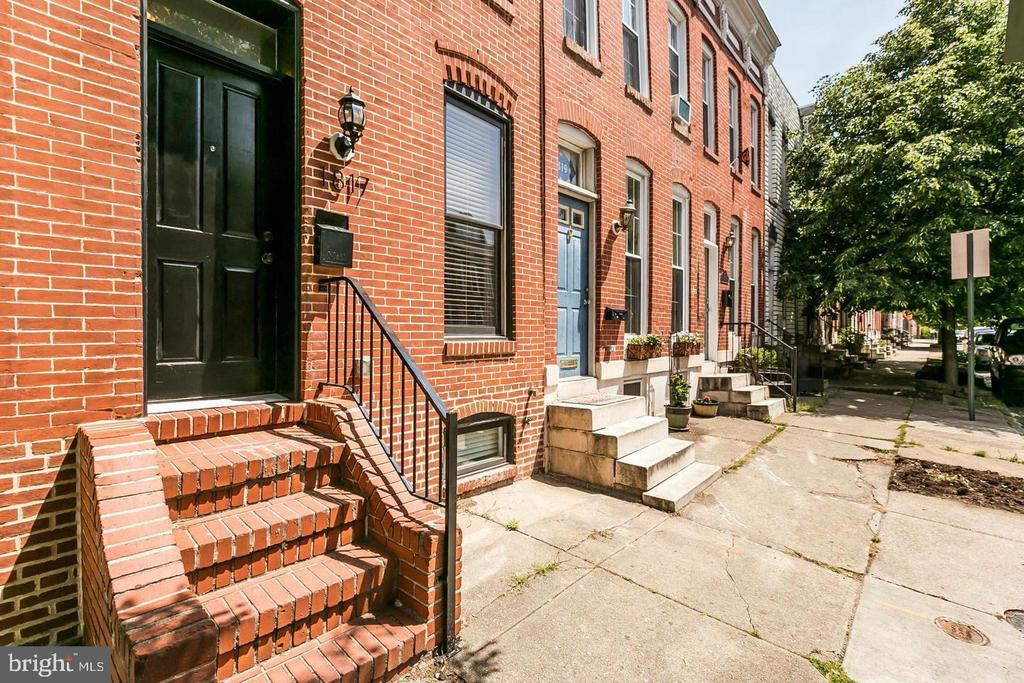 Beautiful Fully Updated Federal Hill Rowhome available for rent!  3BR/3BA with Exposed Brick, Parking, Roof-top Deck!  Walking distance to bars/restaurants, and easily accessible to I-95.  No Pets