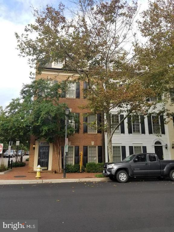 ****** New Home for Christmas,  move in by December 15, and get Christmas week for free.  *** No Application Fee!!* Stunning 3 Level Chatham Square Townhouse, LOCATION, CONDITION, and PRICE Unmatched! Hardwood floors on the 1st level, chef's kitchen with Corian countertop, maple cabinets & upgraded appliances. Two blocks to Potomac River. Garaged parking two spaces. One bus stop to Braddock Metro stop, convenient to Crystal City, Pentagon, Bolling AFB & Fort Belvoir. MUST SEE.