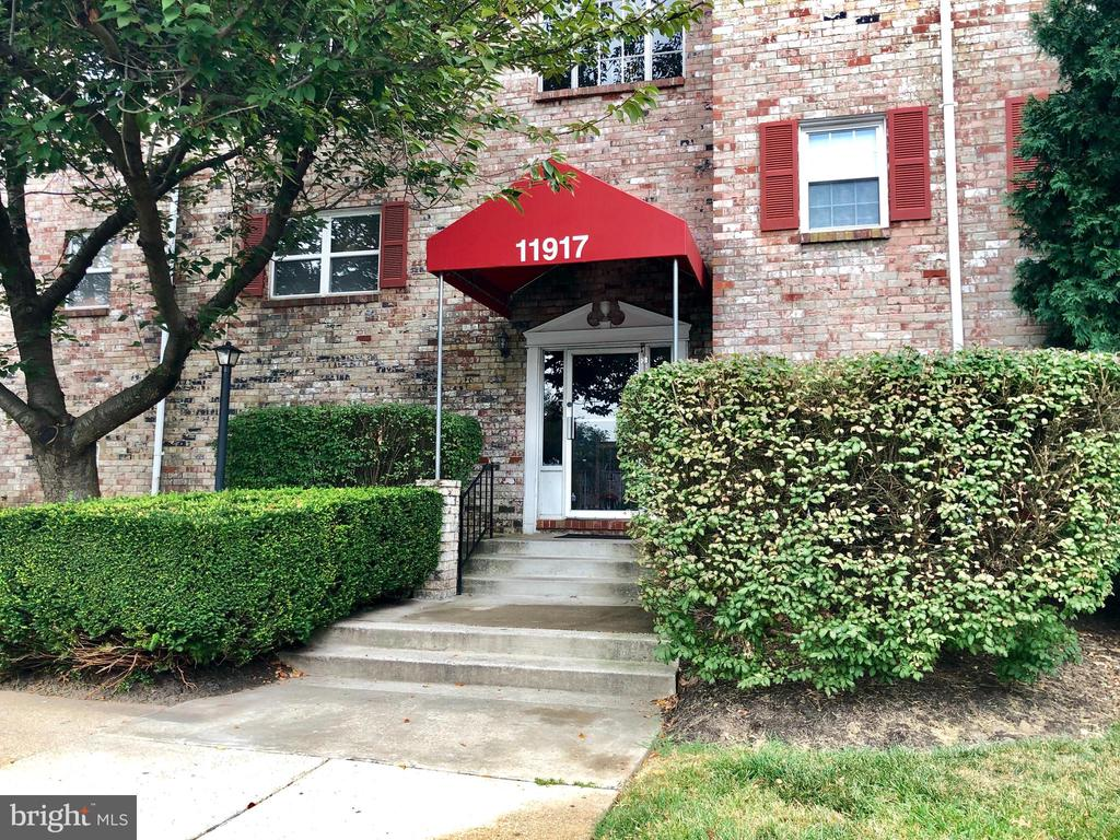 Spacious 2 bedroom condo in Reisterstown! Freshly painted open floor plan features a fully ~equipped kitchen with granite counter tops and hardwood flooring. Master suite boasts brand new carpet, plenty of closet space, and attached full bath. Down the hall you will find an additional bedroom with new carpet, and full bath with soaking tub. Washer and dryer in the unit for added convenience.Sorry, no pets.Proof of renter~s insurance required.Application Qualifications: Minimum income of 3 times the monthly rent, no evictions or recent filings, current accounts in good standing, and a clean criminal background check.