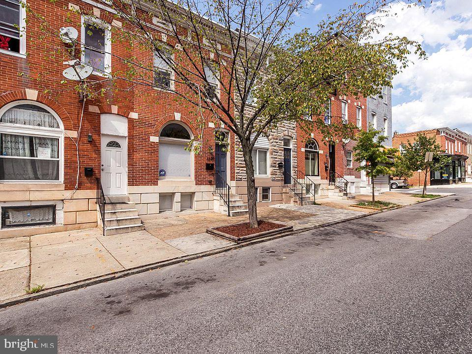 This is a fantastic renovation in Patterson Park that has 4 bedrooms and 3.5 bathrooms. This home's features include hardwood floors throughout, premium finishes, 9 ft ceilings, exposed brick, crown moldings, tray ceilings, 2 decks, and luxury bathrooms. The gourmet kitchen has a center island, granite counter tops, as well as high-end stainless steel appliances. The rear patio is fenced and this home is conveniently located just steps from the park!  Interstate 895 is less than 5 minutes away! 650+ credit scores are required of all adults 19+ and dogs are taken on a case-by-case basis.  Unfortunately cats are not accepted at this time.  Please submit all applications directly at the following link: https://moonridgemanagement.appfolio.com/listings/rental_applications/new?listable_uid=b4f3cadd-0f32-4d1b-be92-9b38c3928a03&source=Website