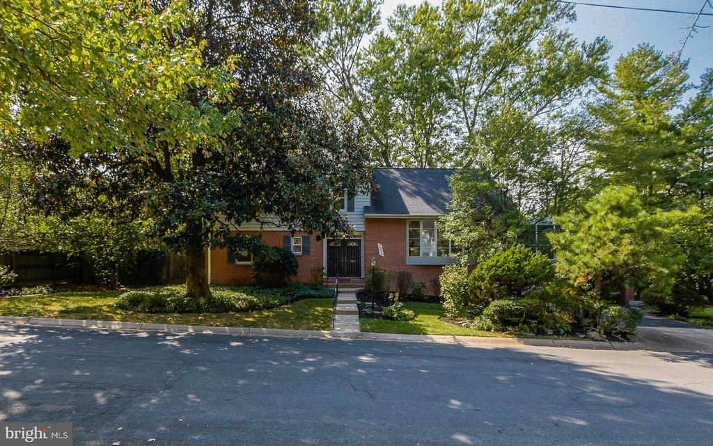 *** This is a Must See !! Very large Split Level, All freshly painted, Hardwood floors, Wood burning Fireplace, Wrap around Decking, Open Terrace above Garage, Only minutes from All Fine Restaurants and Shops and stores & much more .....