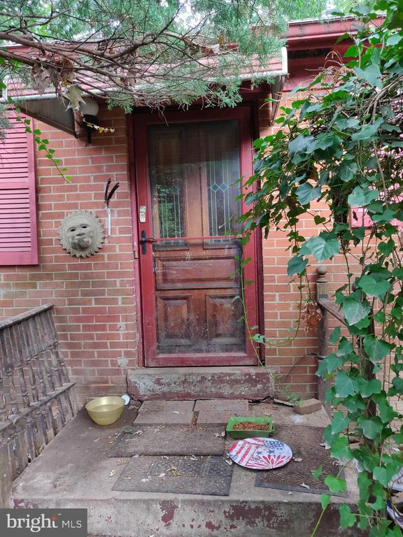 Investor Special!!!  Handyman Special!!  Needs a lot of TLC, if not a complete overhaul.  Everything is being sold in AS-IS condition, including all systems and appliances.  Make any offer!!