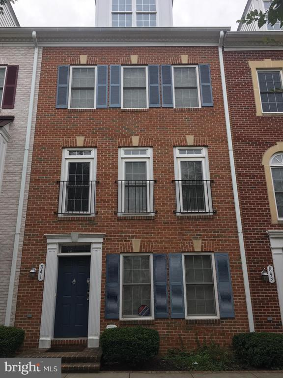 4 bedroom 2.5 bath available in Camden Crossing.  Garage and deck.  3 dedicated parking spots in rear. Walking distance UMAB, Medical Center, Camden Yards, Inner Harbor.  Easy access to 95.