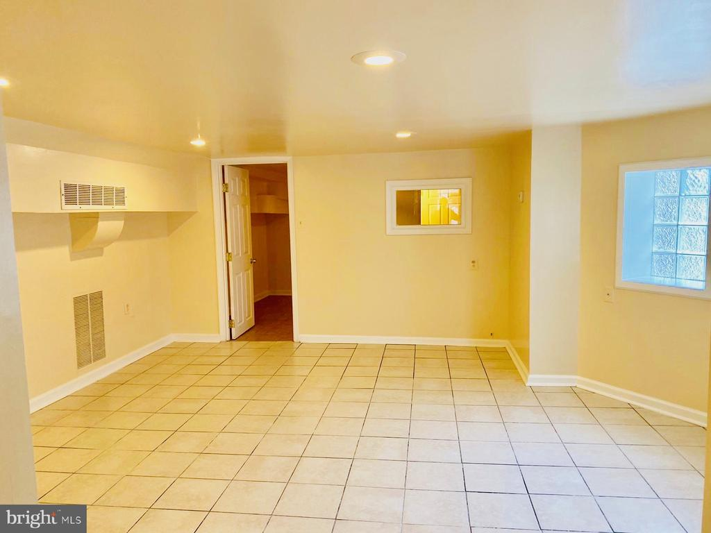 Beautiful and renovated very large and spacious 1bedroom apartment that's as big as a 2 bedroom.  This is a multi family building. Water included in the rent. Contact the owner directly at oliver@hotmail.com