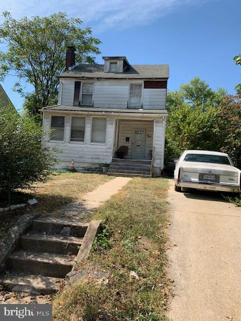Big detached home in a great neighborhood.  Perfect home for an Investor to fix up and flip or rent out.Currently occupied.  Sold As-Is.  Buyer to verify all information.