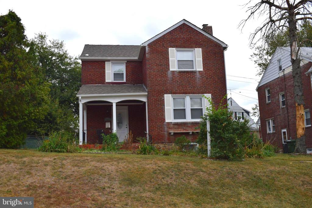 BEAUTIFUL 3BR, 2BA DETACHED HOME IN ASHBURTON! WOOD FLOORS, SPACIOUS LIVING ROOM WITH FIREPLACE, GRANITE COUNTERS, STAINLESS STEEL APPLIANCES, FINISHED BASEMENT WITH BUILT-IN BAR, CENTRAL AIR, UPDATED BATHROOMS MAKE THIS HOME A MUST-SEE! CLOSE PROXIMITY TO SHOPPING, SCHOOLS, AND ENTERTAINMENT, BOOK YOUR SHOWING TODAY.