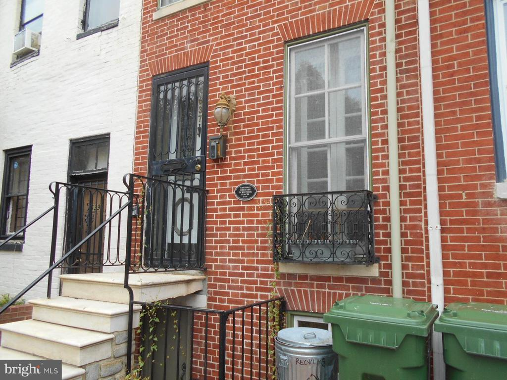 Large townhome for rent in the heart of Seton Hill. 4 bedrooms and 3.5 bathrooms. High ceilings adorn this updated townhome. Enclosed courtyard patio. Owner will make sure courtyard and home is spotless upon move in. Conveniently located to shopping, downtown, and major interstates.