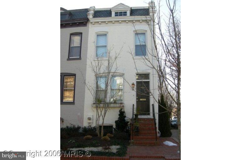 Heart of Georgetown End unit Townhouse, 3 bedrooms, 3 baths,Fully finished basement with galley kitchen, lot of light and deck. Community pool. Parking space $100